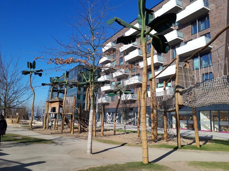 Klettern auf dem Spielplatz Grasbrookpark Hafencity Hamburg