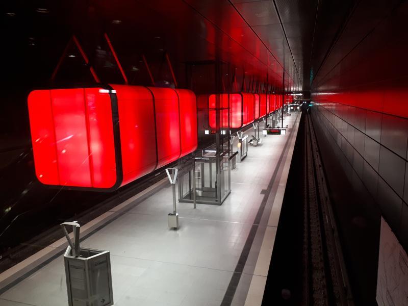 Haltestelle HafenCity Universität rote Beleuchtung