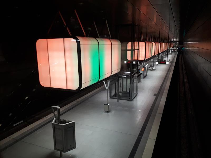 Haltestelle HafenCity Universität orangene Beleuchtung