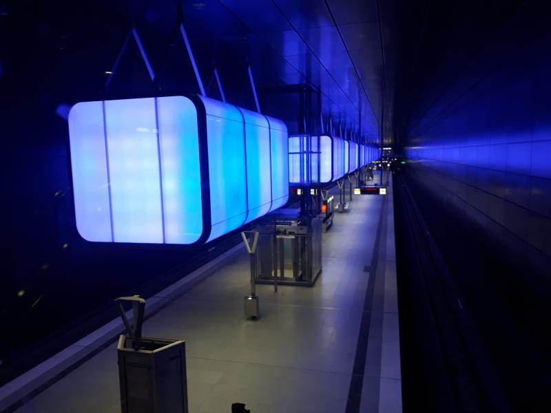 Haltestelle HafenCity Universität blaue Beleuchtung