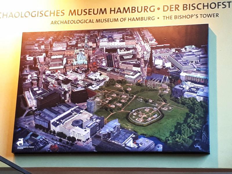 Hamburger City mit Kind Bischofsturm Plan